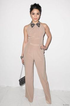 Vanessa Hudgens, ultra-chic avec sa combinaison pantalon à col claudine.