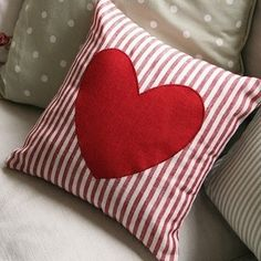 70 Ideas for diy pillows print cushions Sewing Pillows, Diy Pillows, Decorative Pillows, Throw Pillows, Cushions, Valentines Day Decorations, Valentine Day Crafts, Valentine Pillow, Tutorial Patchwork