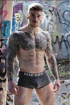 The beautiful Chris Hatton. He is a superb example of how tattoos used cleverly can enhance the sculpture of a man's body by flowing around the contours of pecs, bicep, shoulders and traps. Sexy Tattooed Men, Tatted Men, Eye Candy, Inked Men, Inked Guys, Komplette Outfits, Shirtless Men, Male Physique, Man Photo