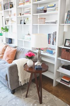 Cool bookshelves: http://www.stylemepretty.com/living/2015/04/02/poor-little-it-girl-home-tour/ | Photography: Hannah Hudson - http://www.hannahhudsonphotography.com/