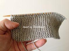 Hæklemors opskrift på retstrikkede babyfutter | Hæklemor Baby Knitting Patterns, Crochet Pattern, Designer Baby, Baby Leggings, Drops Design, Chrochet, Knitted Hats, Ravelry, Beanie