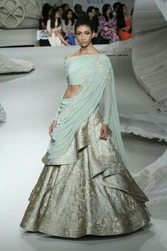 Bridal Couture Week Beautiful Ideas For 2019 Bollywood Sari, Bollywood Fashion, Indian Gowns, Indian Attire, Indian Wedding Outfits, Indian Outfits, Indian Reception Outfit, India Fashion, Asian Fashion