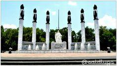 Monumento a los Niños Héroes:   Se trata de seis columnas levantadas en honor a cada uno de los cadetes del Heroico Colegio Militar que murieron defendiendo el Castillo de Chapultepec durante de la invasión norteamericana de 1847 .  De la llamada Batalla de Chapultepec se desprenden narraciones extraordinarias, como aquella que relata la heroicidad del cadete Juan Escutia, quien se habría arrojado desde las alturas del Castillo  de Chapultepec envuelto en la bandera mexicana para…