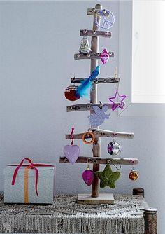 Decoração de natal com madeira e galhos de árvore