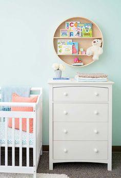 Nichos de parede no quarto de bebê simples
