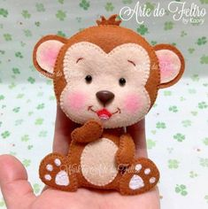 O Macaquinho do Banner da Amaya. Sewing Stuffed Animals, Stuffed Toys Patterns, Baby Sewing Projects, Diy Craft Projects, Felt Crafts Dolls, Monkey Crafts, Felt Finger Puppets, Pipe Cleaner Crafts, Felt Birds