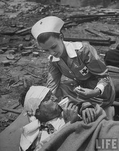 A Red Cross Nurse Trying to Help the Injured soldier eat and drink during the Korean war. History Of Nursing, Medical History, Vintage Nurse, Vintage Medical, Nursing Profession, Nursing Career, Oldschool, Nursing Students, Nursing Schools