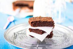 Helppo ja nopea brownies valmistuu yhdessä kulhossa ja vain sekoittamalla ainekset keskenään. Brownie on lisäksi täysin maidoton. Nauti osana jäätelöannosta tai ihan sellaisenaan. Quick and easy brownie recipe non-dairy.