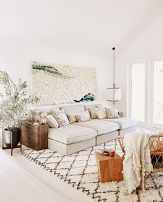 White sitting room with knotted wall hanging and beni ourain rug Weißes Wohnzimmer mit geknotetem Wandbehang und Beni Ourain Teppich