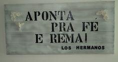 Madeira (a da imagem são pallets) pintada e gravada a frase em estêncil, com tinta ou marcador permanente.