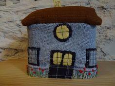 Maison tirelire ou boîte à secrets en jean décoré et brodé sur boîte de conserve. : Jeux, jouets par la-fabrique-de-cadot