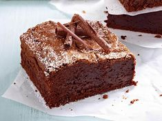 Simple and easy to prepare and super chocolate: we love this brownie recipe and explain step by step how the American classic works. The post Classic Brownie Recipe DELICIOUS appeared first on Dessert Factory. Cake Mix Brownies, Chewy Brownies, Homemade Brownies, Best Brownies, Brownie Cake, Chocolate Brownies, Classic Brownies Recipe, Fudgy Brownie Recipe, Vegan Brownie