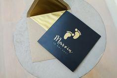 Donkerblauw geboortekaartje met voetjes. De voetjes voorop de kaart en de naam en datum voorop de kaart zijn in goudfolie. Leuk detail: op de achterzijde van de kaartje komen de voetjes nog eens terug in goudfolie. Bestel snel je proefdruk om hem in het echt te zien! #geboortekaartje #geboorte #geboren #babynews #babynieuws #babykaartje #babykaartjes #babykaart #baby #newborn #donkerblauw #goudfolie #goudfoliekaart #goudfoliekaartje #foliekaartje #foliekaart #goud #foliedruk #foliekaarten Baby News, Baby Cards, Baby Boy, Boys, Illustration, Believe, Style, Birth, Ideas
