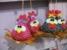 Quick & easy Chicken Pattern in Pyramid / Tetrahedron shape. Perfect to sew as ornament, pincushion, doorstop, bean bag, potpourri sachet & paper weight. Felt Crafts, Easter Crafts, Diy And Crafts, Christmas Crafts, Crafts For Kids, Arts And Crafts, Fabric Animals, Fabric Birds, Fabric Scraps