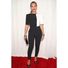 2013 Grammy's: Beyonce in Osman I really liked this look. Beyonce looked hot and fashion-forward in Osman. The back shot was sexy. Love the styling with the bracelets and red lip too. Grammy Fashion, Star Fashion, Womens Fashion, Grammys 2013, Mode Simple, Plus Size Kleidung, Glamour, Red Carpet Fashion, Modest Fashion