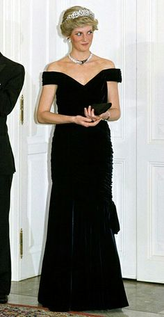 Princess Diana Victor Edelstein based this navy velvet column gown on Edwardian evening designs. The princess famously wore it for a spin on the White House dance floor with John Travolta. Princess Diana Dresses, Princess Diana Fashion, Princes Diana, Kate Und William, Charles And Diana, Ny Dress, Prinz Charles, Iconic Dresses, Lady Diana Spencer