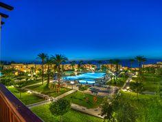 Ein flacher Sandstrand, kristallblaues Meer, gemütliche griechische Tavernen und ein luxuriöses Hotel — das alles und noch vieles mehr erwartet …