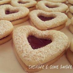 Biscotti cuoripieno 350g farina,150g fecola,200g zucchero a velo,1cucchiaino scarso lievito x dolci e una bustina vanillina,aggiungere 250g di burro morbido