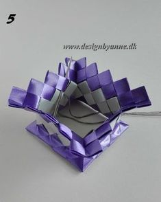 Lilla vase Diy Wallet, Candy Wrappers, Dyi, Weaving, Handmade, Sting, Vases, Flower Vases, Purses