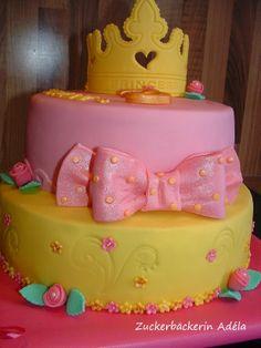 Prinzessinnen - Torte, mit Krone, Rosen, Blumen und einer Schleife --- etwa 4,6 kg schwer --- 14 cm hoch ohne Krone --- 23 cm hoch mit Krone alles essbar! :-)
