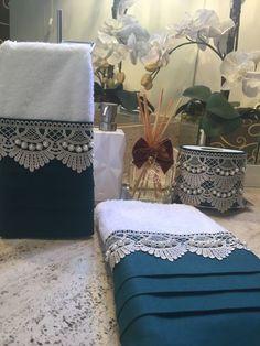 Este modelo é uma toalha de lavabo decorada com tecido cambraia verde e guipir fendi, bordado as pérolas com fio duplo. As toalhas são felpudas em algodão, com detalhes em viscose ou poliéster, macia e bem absorvente. Elegant Home Decor, Elegant Table, Elegant Homes, Guest Towels, Hand Towels, Tea Towels, Bathroom Crafts, Bathroom Towels, Sewing Projects