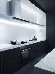 Choix marbre + design hotte et tablette super bien intégré . Pas la couleur noir 82 Minimalist Kitchen Design Ideas | ComfyDwelling.com