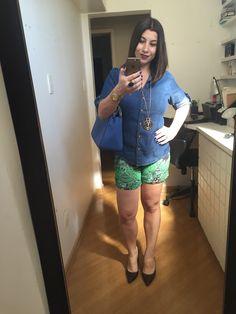 Look do domingão pra almoçar com o marido: shorts colorido verde, camisa jeans e sapato alto marrom. Bolsa azul pra fechar com um colar comprido.