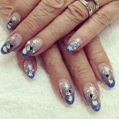 Uñas acrigel con diseño encapsulado pintado a mano realizado por nuestra artista Verónica Luna. #nails #nailart #navidad #instanails
