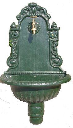 Fontaine Murale En Fonte à sceller. Délicatesse et élégance symbolise cette fontaine murale en fonte verte. Un robinet doré permettra d'avoir à disposition un point d'eau en extérieur.