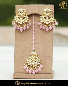 featured:- Pink Kundan Stud & Tika Set Shop our latest collection at our store or visit our website today to buy. You may also DM us OR con… Tikka Jewelry, Indian Jewelry Earrings, Indian Jewelry Sets, Jewelry Design Earrings, Indian Wedding Jewelry, India Jewelry, Jewelry Accessories, Indian Accessories, Antique Jewellery Designs