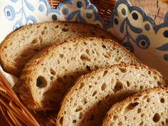 Větší pšenično-žitný chleba, ve kterém je část mouky přidaná jako spařená kaše a vnáší tak do těsta víc vláhy. Ta je pak v hotové střídě příjemně poznat. Chleba je větší (celkem ze 700 g mouky), s křupavou kůrkou a velice pružnou střídou. ♥ Suroviny: Rozkvas: 30 g žitného kvasu 150 g vody 150 g žitné… Bread Baking, Food, Bread Making, Essen, Yemek, Meals