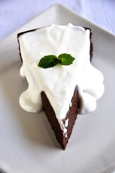 chocolate quark cake.  mmmm sounds delicious. a new spin on cheesecake but using quark instead of cream cheese.....now where does one get quark?