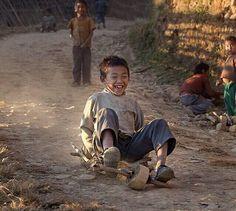 لا يهم نوع اللعبة .. ما يهمنا انهم صنعوا من الامور البدائية بروعة سعادتهم ومرحهم.