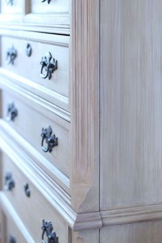 Weathered Wood Look Using Chalk Paint - Layer and blend colors together to get a rustic, weathered wood look. Bedroom Furniture Makeover, Painted Bedroom Furniture, Chalk Paint Furniture, Diy Furniture Projects, Furniture Design, Modern Furniture, Painted Dressers, Furniture Buyers, Furniture Websites