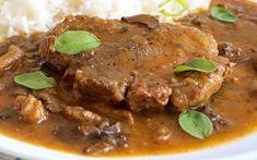 Přes noc naložené plátky vepřového plecka, zprudka opečené na sádle, pak chvíli podušené spolu s hříbky a pórkem doměkka, servírované se zahuštěnou omáčkou z výpeku. Food And Drink, Cooking Recipes, Beef, Meat, Cooker Recipes, Chef Recipes, Ox, Recipes, Steaks
