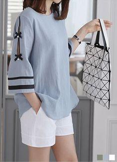 Looks so easy to wear Kurti Sleeves Design, Sleeves Designs For Dresses, Dress Neck Designs, Sleeve Designs, Kurti Designs Party Wear, Kurta Designs, Blouse Designs, Hijab Fashion, Fashion Outfits