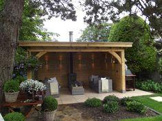 Houten tuinkamer met open haard en loungeset. www.bronkhorstbuitenleven.nl