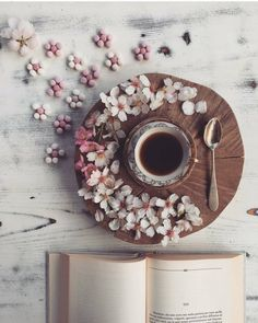 Dreamy morning scenes with coffee, flowers, and reading. Coffee And Books, I Love Coffee, Coffee Break, Morning Coffee, Morning Breakfast, Bouquet Cadeau, Flatlay Instagram, Momento Cafe, Coffee Photography