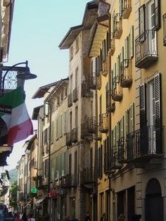 Como is located in the Lombardy region, in the north of Italy. The city is best known for its beautiful surroundings with the famous Lake Como and the close proximity to the Alps. places-to-go
