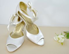 Svatební sandálky šampaň/ecru satén s mašlí. Svadobné sandálky šampaň/ecru satén s mašličkou - podľa návrhu klientky. svatební obuv, společenksá obuv, spoločenské topánky, topánky pre družičky, svadobné topánky, svadobná obuv, obuv na mieru, topánky podľa vlastného návrhu, pohodlné svatební boty, svatební lodičky, svatební boty se zdobením,topánky pre nevestu, strieborné svadobné topánky, stříbrné svatební boty