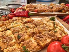 Ζαμπονοτυρόπιτα σφολιάτας με αρωματική σάλτσα τομάτας πιπεριάς Προετοιμασία 45′ Μαγείρεμα 25′ Ολοκλήρωση 70′ Υλικα Για 1 πίτα Με το μάτι  1 πακέτο φύλλο σφολιάτας 2 κ.σ. ελαιόλαδο 1 σκελίδα σκόρδο (χοντροκομμένο) 1 μικρή πιπεριά φλωρίνης (ψιλοκομμένη) 1 κούπα χυμό τομάτας 1/3 κούπας ζωμό λαχανικών ή νερό Αλάτι – πιπέρι 10 – 12 λεπτές, μεγάλες …