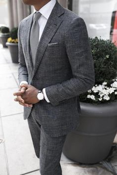 The gray suit is one suit you would wear and expect your class & style to be instantly noticed. Here are the best shirts and shoes to pair with a gray suit. Gentleman Mode, Gentleman Style, True Gentleman, Costume En Lin, Traje Casual, Mode Man, Herren Outfit, Mens Fashion Suits, Mens Suits Style