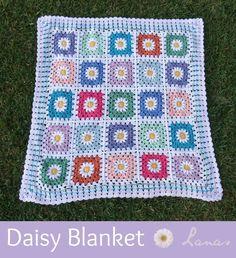 (Crochet * Stash-buster)             A baby blanket in granny squares with a daisy in the center.   Una manta de bebé hecha con cuadros de...