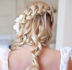 Brautfrisuren mit Blumen für Ihre perfekte Hochzeitsstimmung - brautfrisuren mit blumen blonde lange haare fischgrätenzopf - bridal hairstyle