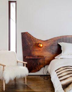 Cama baja, cabecera de madera con tablas para buros, ventana larga