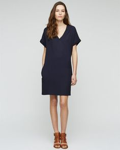 Simple viscose dress with centrefront pleat detail. Relaxed fit through the body, V-neck and short sleeves. This perfect piece for long summer days.