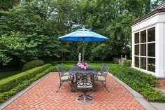 This Winnetka red brick paver patio, arranged in a herringbone pattern, delineates an outdoor dining room. A bluestone border extends to the entertaining areas and pool deck. Red Brick Pavers, Brick Paver Patio, Cement Patio, Brick Patios, Red Bricks, Concrete Patios, Fresco, Brick Courtyard, Spanish Courtyard