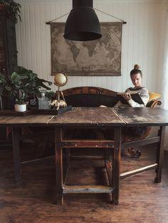 Ved dette bordet satt også mine tipp-tippoldeforeldre en gang 👵🏼👴🏼 Det er risset inn diverse tall og bokstaver....  #interiør #gjenbruk #spisebord Entryway Tables, Dining Table, Furniture, Instagram, Home Decor, Decoration Home, Room Decor, Dinner Table, Home Furnishings
