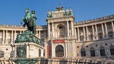 Bis 1918 war die Hofburg Zentrum des riesigen Reiches der Habsburger-Kaiser. Sie haben das einst großzügig als 'Kaiserforum' geplante Areal prächtig ausgestaltet - von der 'Alten Burg' aus dem 13. Jahrhundert bis zum jüngsten Teil aus der Zeit um 1900.  Heute erwarten Sie hier mehr als zwei Dutzend Sammlungen von Weltformat. Dazu Cafés, Restaurants, Plätze, Parks. Willkommen zum imperialen Streifzug durch Geschichte, Kunst & Genuss ... Willkommen in der Hofburg.