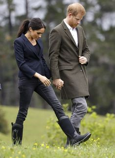 With the penultimate day of the royal tour underway, Prince Harry and Meghan Markle cut casual figures as they arrived to dedicate native bush in Auckland. Prinz Harry Meghan Markle, Harry And Megan Markle, Meghan Markle Prince Harry, Prince Harry And Megan, Harry And Meghan, Princess Meghan, Meghan Markle Style, Muck Boots, Estilo Fashion